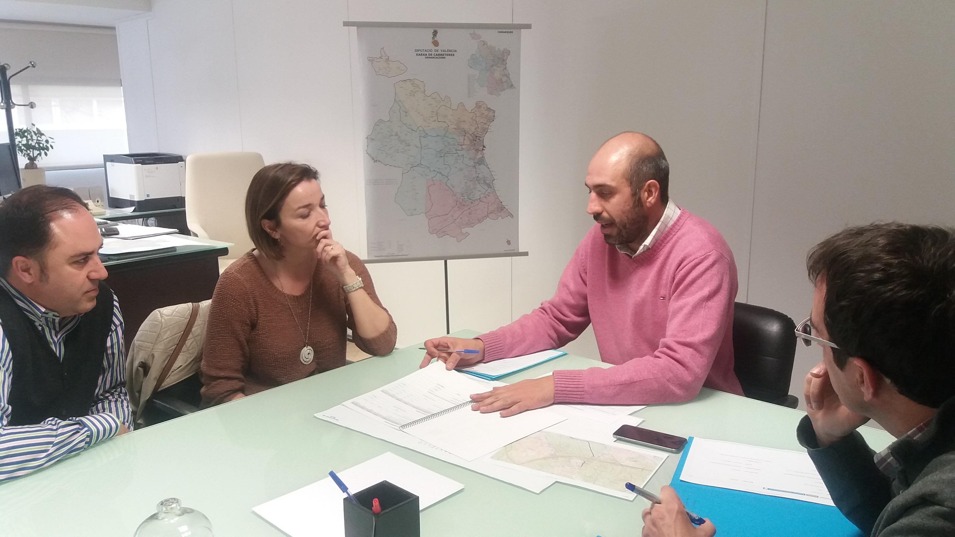 La alcaldesa, Amparo Navarro, trasladó al Diputado de Carreteras, Pablo Seguí, la necesidad de colocar una señalización y balizas para reducir la velocidad de los vehículos a su paso por una zona residencial.