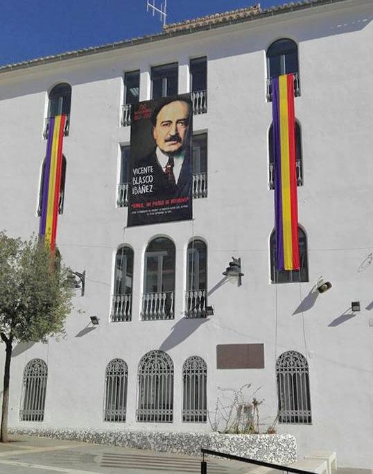 Las franjas tricolores colgadas en la fachada lateral del Ayuntamiento de Buñol.