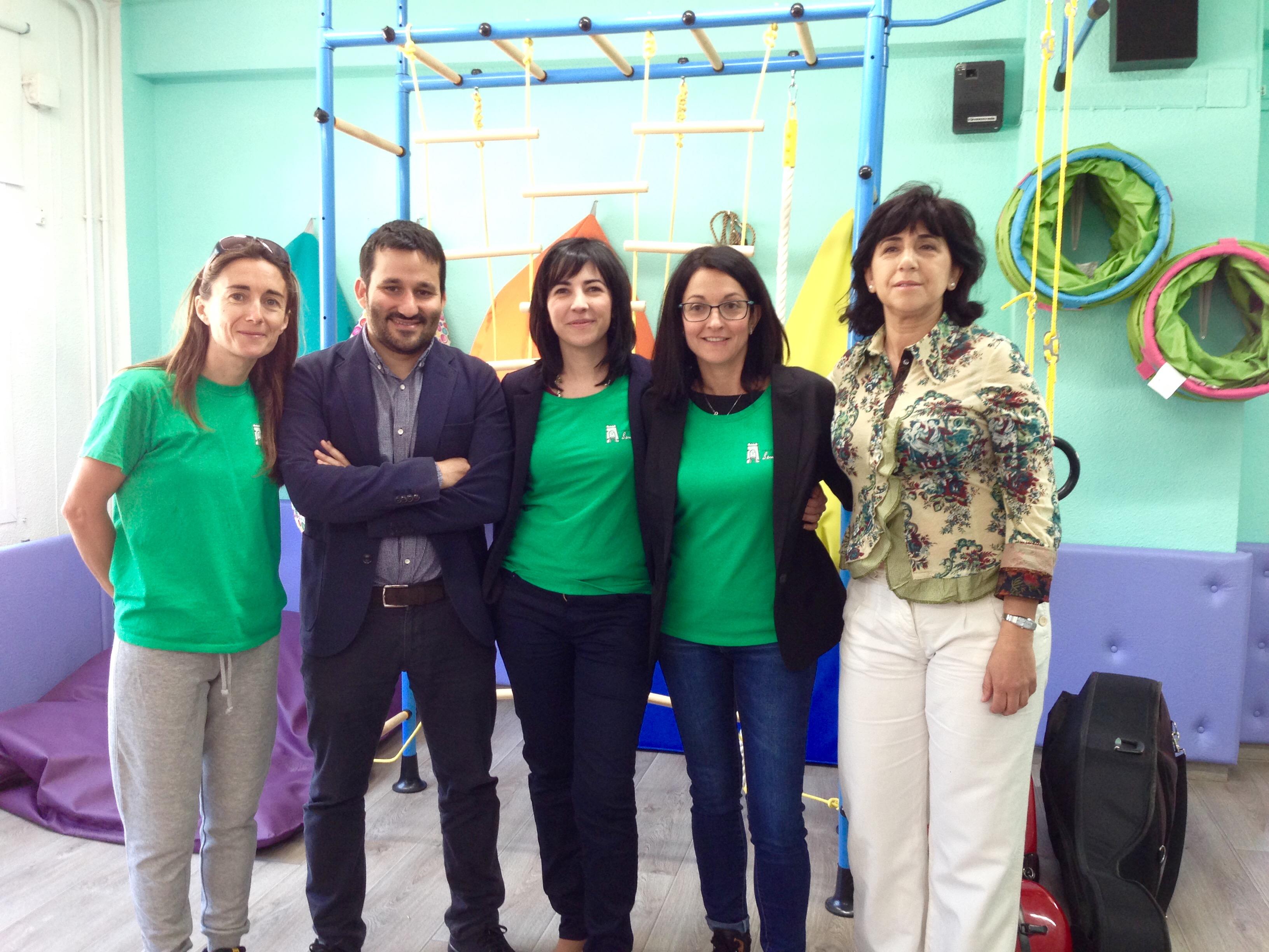 El conveler Vicent Marzà junto al equipo directivo del CEIP San Luis de Buñol.