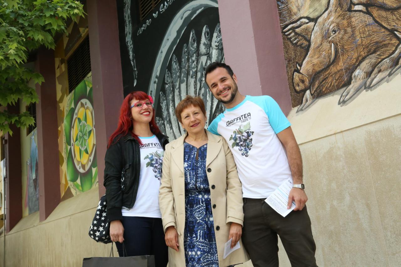 """La concejal de Educación y Cultura, Mª Ángeles Llorente, rodeada por """"La Nena"""" y """"Flug""""."""