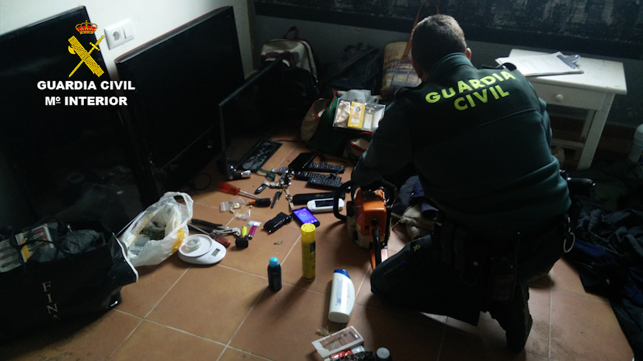 Días atrás, la Guardia Civil ya detuvo a un varón y una mujer de nacionalidad española implicados en 50 delitos de robo con fuerza en el interior de viviendas en la zona.