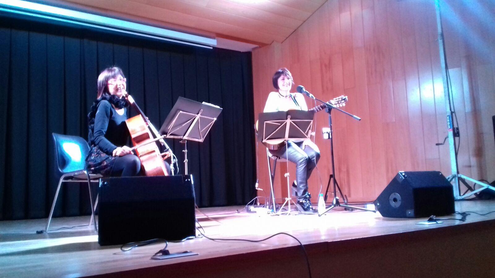 Concierto de Eva Dénia acompañada de la violoncelista Merxe Martínez en Vilamarxant.