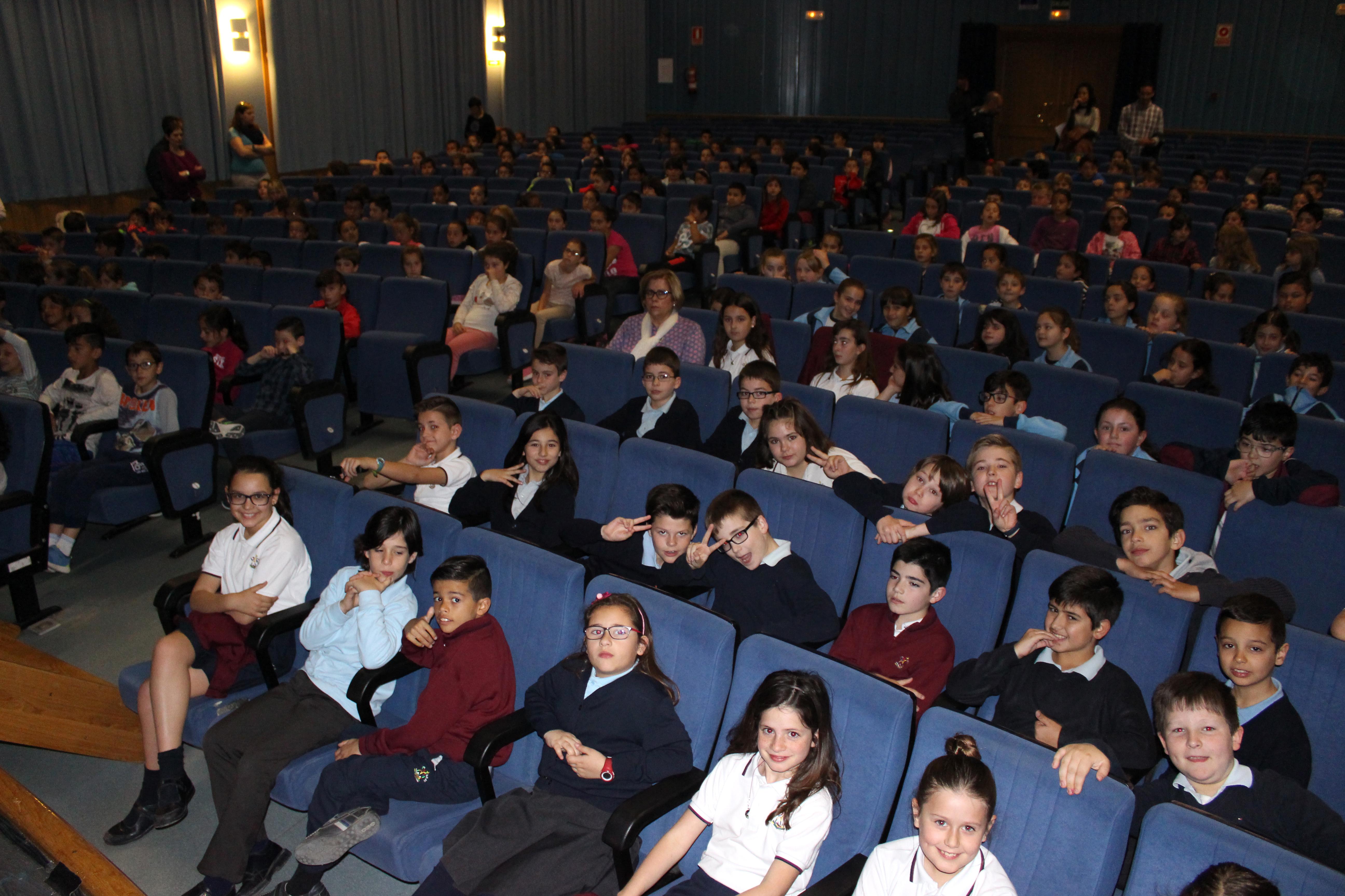 """Alumnos participantes en la iniciativa """"Anem al teatre"""" en La Pobla."""