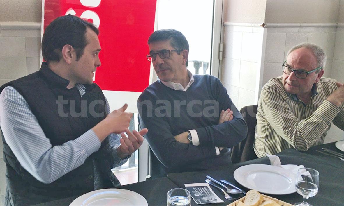 El alcalde de Cheste, José Morell, conversa con Patxi López junto al secretario local del PSOE de Cheste.