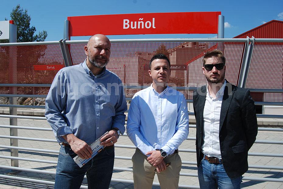El alcalde de Buñol Rafa Pérez acompañado del diputado de EUPV en el Congreso, Ricardo Sixto, y del concejal de EU de Chiva Manu Clemente.