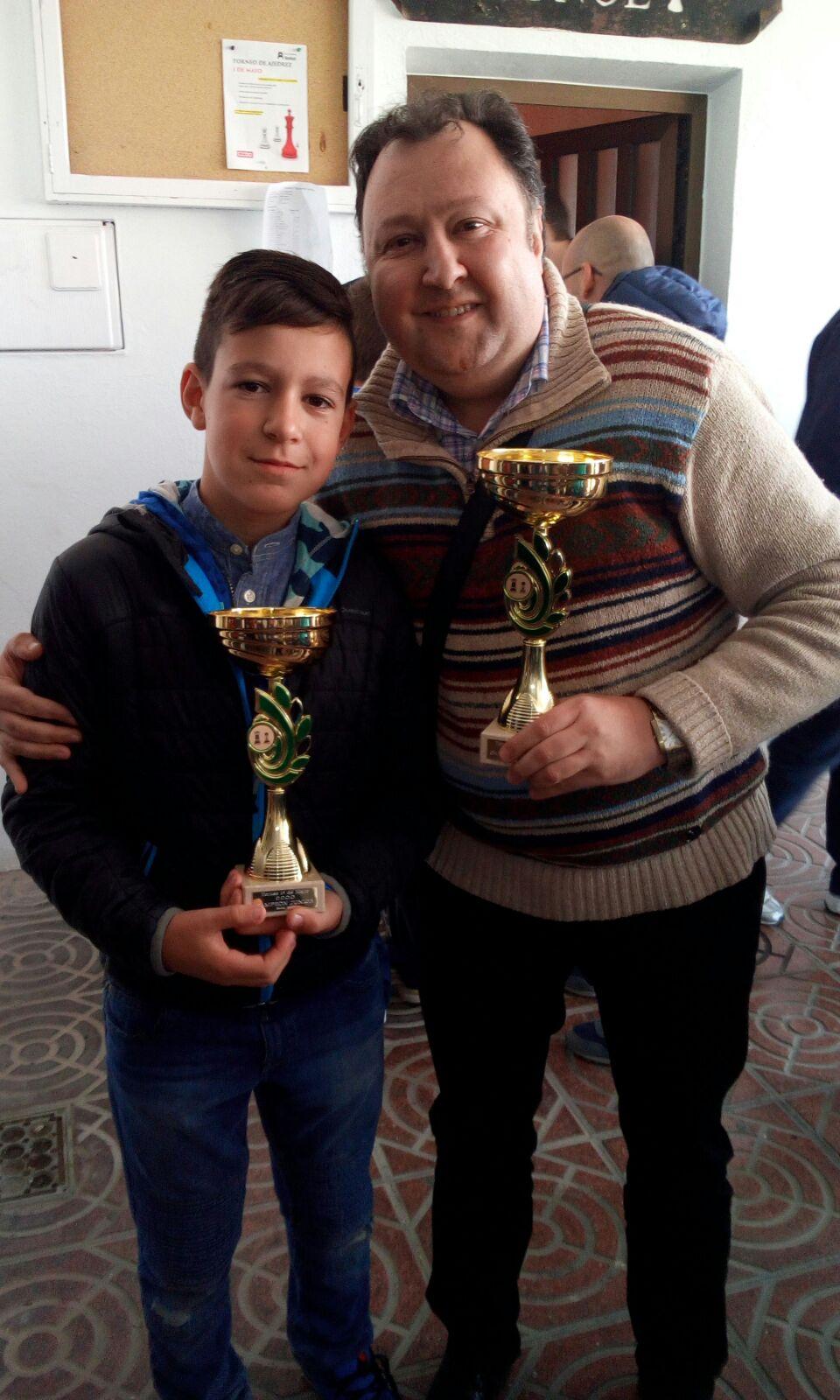 Dos de los vencedores del torneo de ajedrez del Primero de Mayo realizado en Buñol.