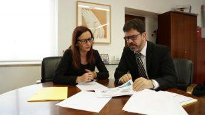 La vicepresidenta, Maria Josep Amigó, con el diputado de Cooperación Municipal, Emili Altur.