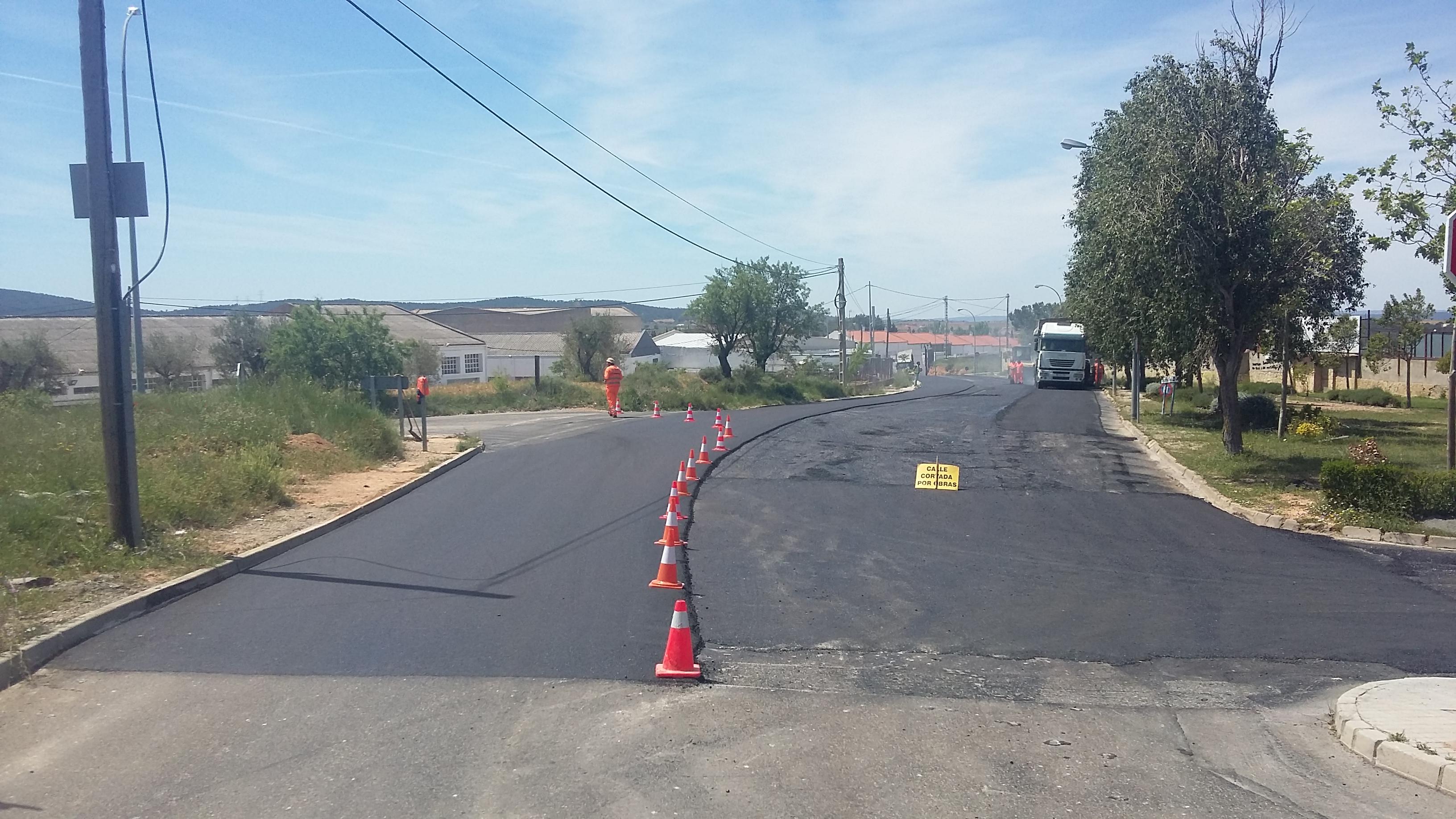 El Ayuntamiento de Requena mejora el asfalto en numerosas calles muy deterioradas del casco urbano.