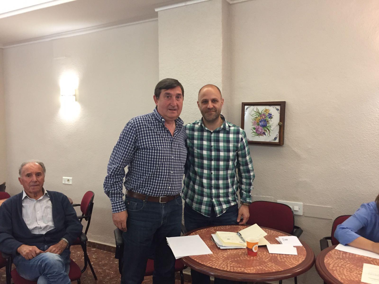 El ex presidente de «La Artística», Guillermo Ayer, con el nuevo presidente, Paco Blasco.