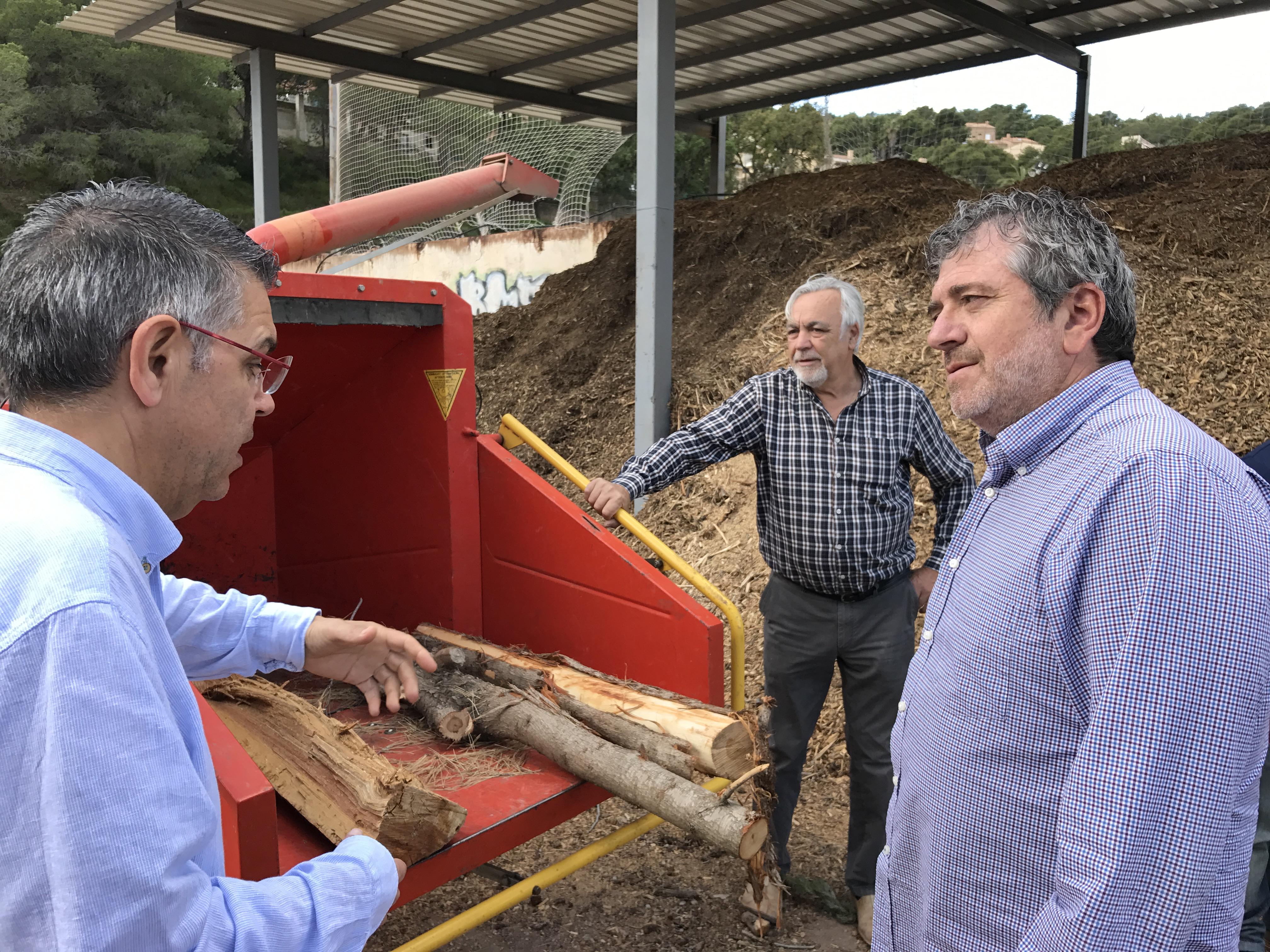 El diputado Josep Bort visita Serra para conocer el programa de gestión de la biomasa forestal y agrícola.