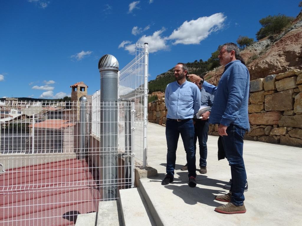 Josep Bort con el alcalde de Titaguas, Ramiro Rivera, visitan las obras realizadas en el municipio.