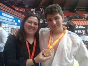El judoca de L'Eliana Maxi López con su medalla de bronce.