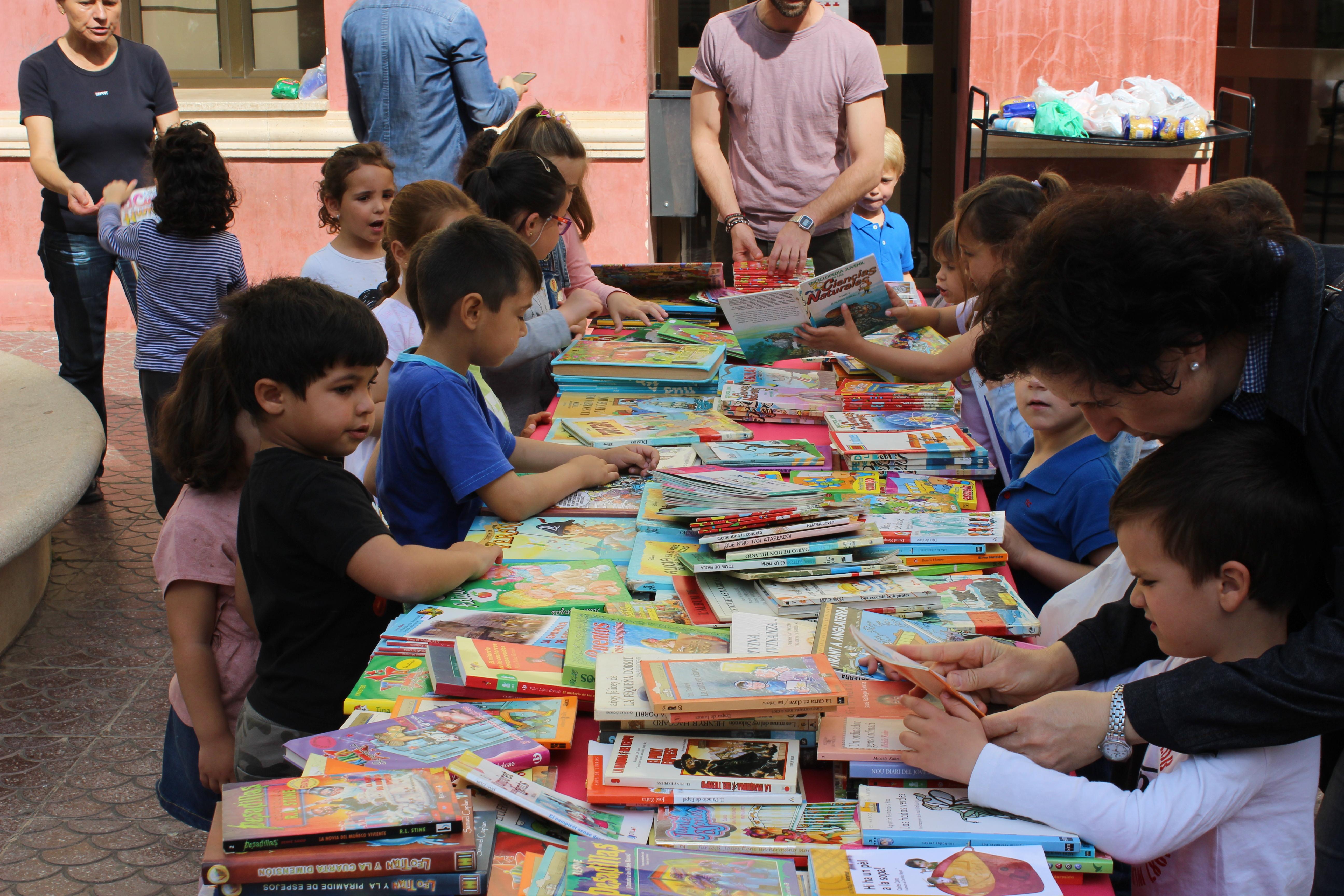 La Biblioteca municipal posa en marxa la cinquena campanya solidària «1 llibre per un quilo d'aliments no peribles».