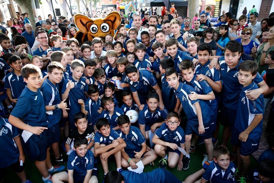 Jóvenes futbolistas de Requena con los jugadores y directivos del Valencia CF durante la semana en la localidad.