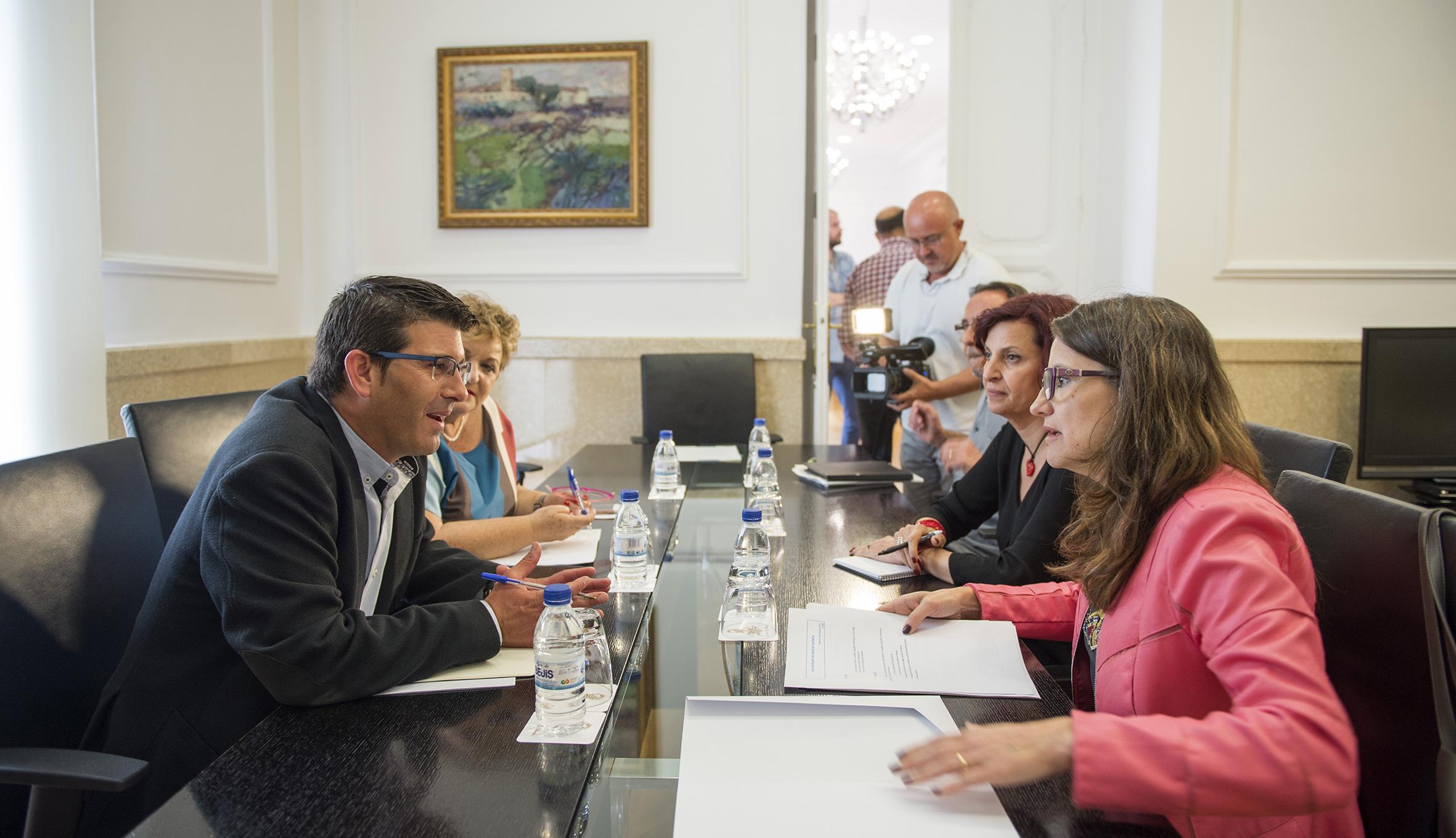 El presidente de la institución provincial, Jorge Rodríguez, durante su reunión con la vicepresidenta de la Generalitat, Mónica Oltra.