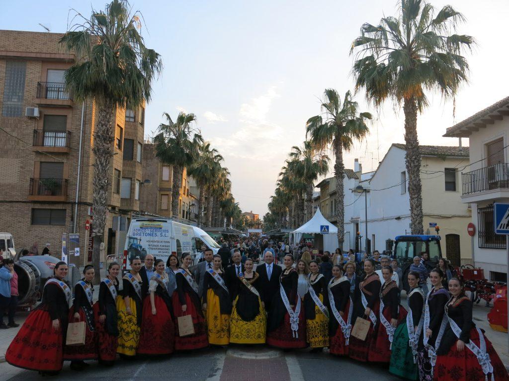 Autoridades, Reina de las Fiestas y testeras durante la inauguración de la feria.