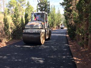 Cortada por obras la carretera de acceso a la Cartuja de Porta Coeli por asfaltado.