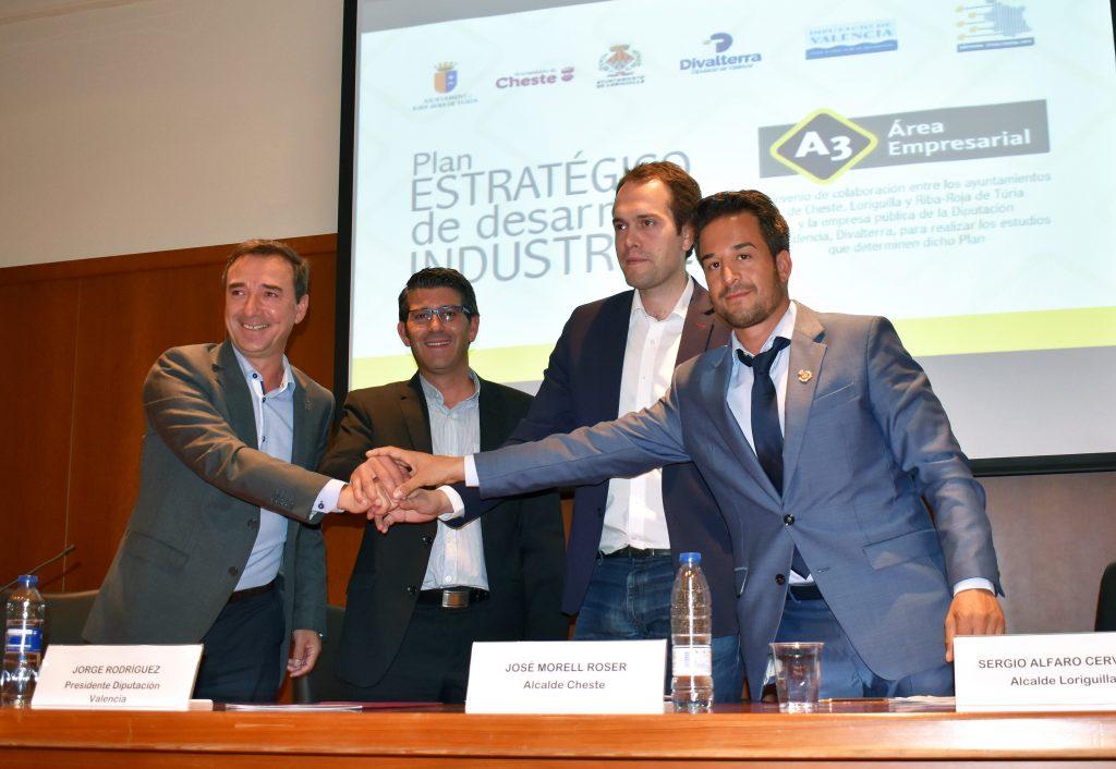 El presidente de la Diputación junto a los alcaldes de Cheste, Loriguilla y Riba-roja.