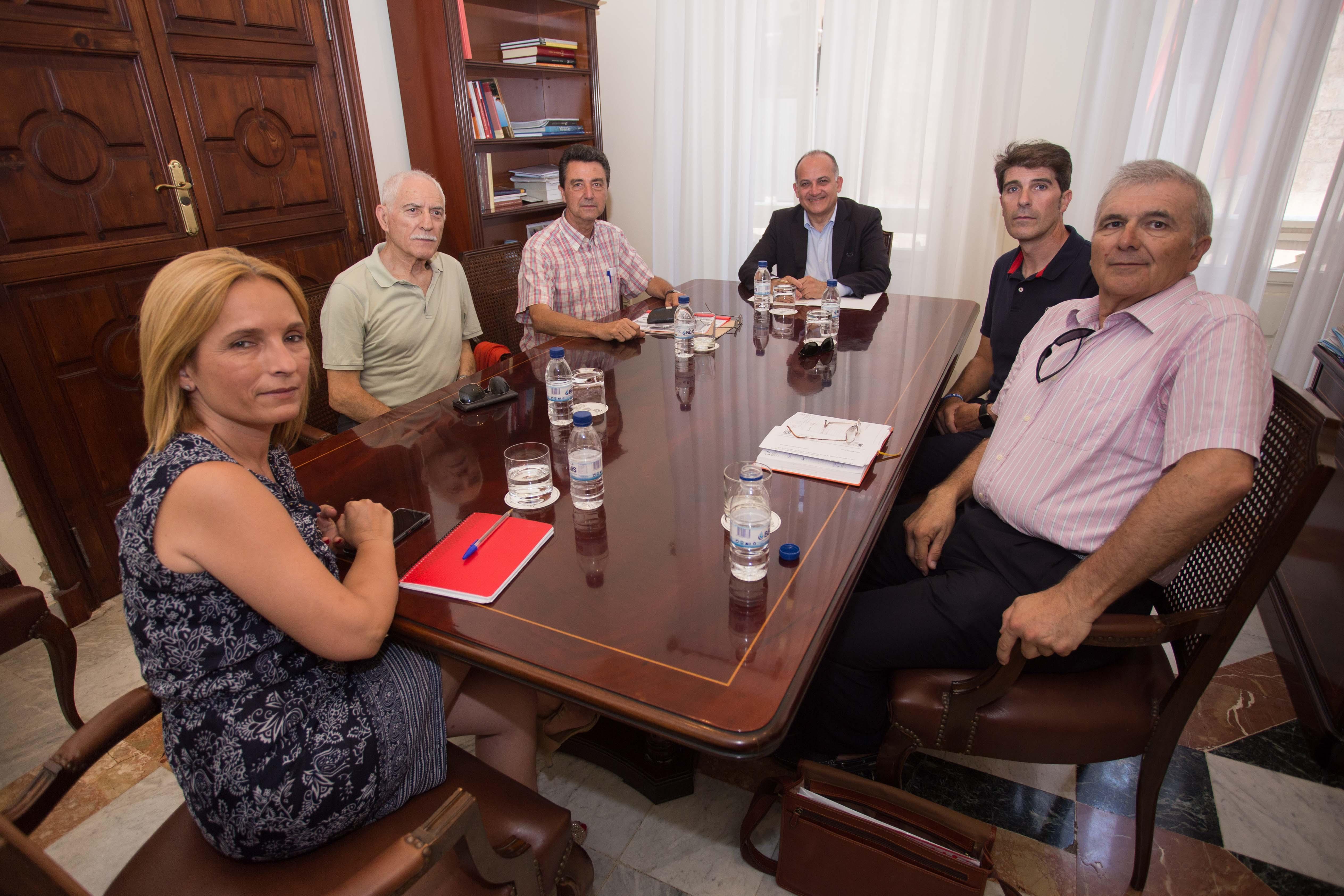 El delegado del Consell para la Unión Europea, Joan Calabuig, se ha reunido con representantes de bandas de música de Llíria, Cullera y Buñol.