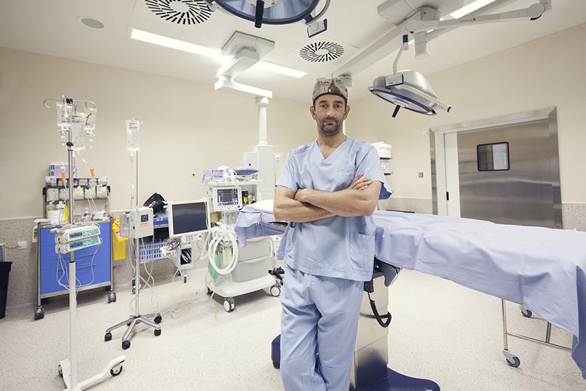 El doctor Cavadas en uno de los quirófanos del Hospital de Manises.
