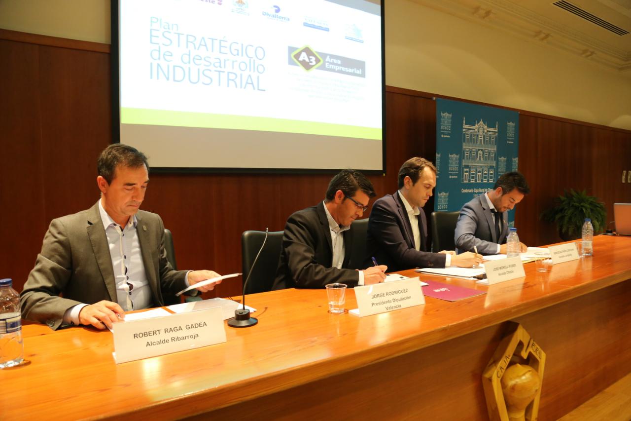 Momento de la firma del acuerdo entre la Diputación de Valencia y los alcaldes de Cheste, Riba-roja y Loriguilla