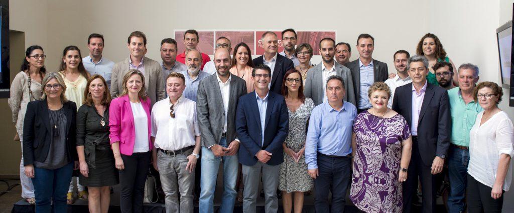 Representantes de la Diputación de Valencia junto con alcaldes y alcaldesas de la provincia.