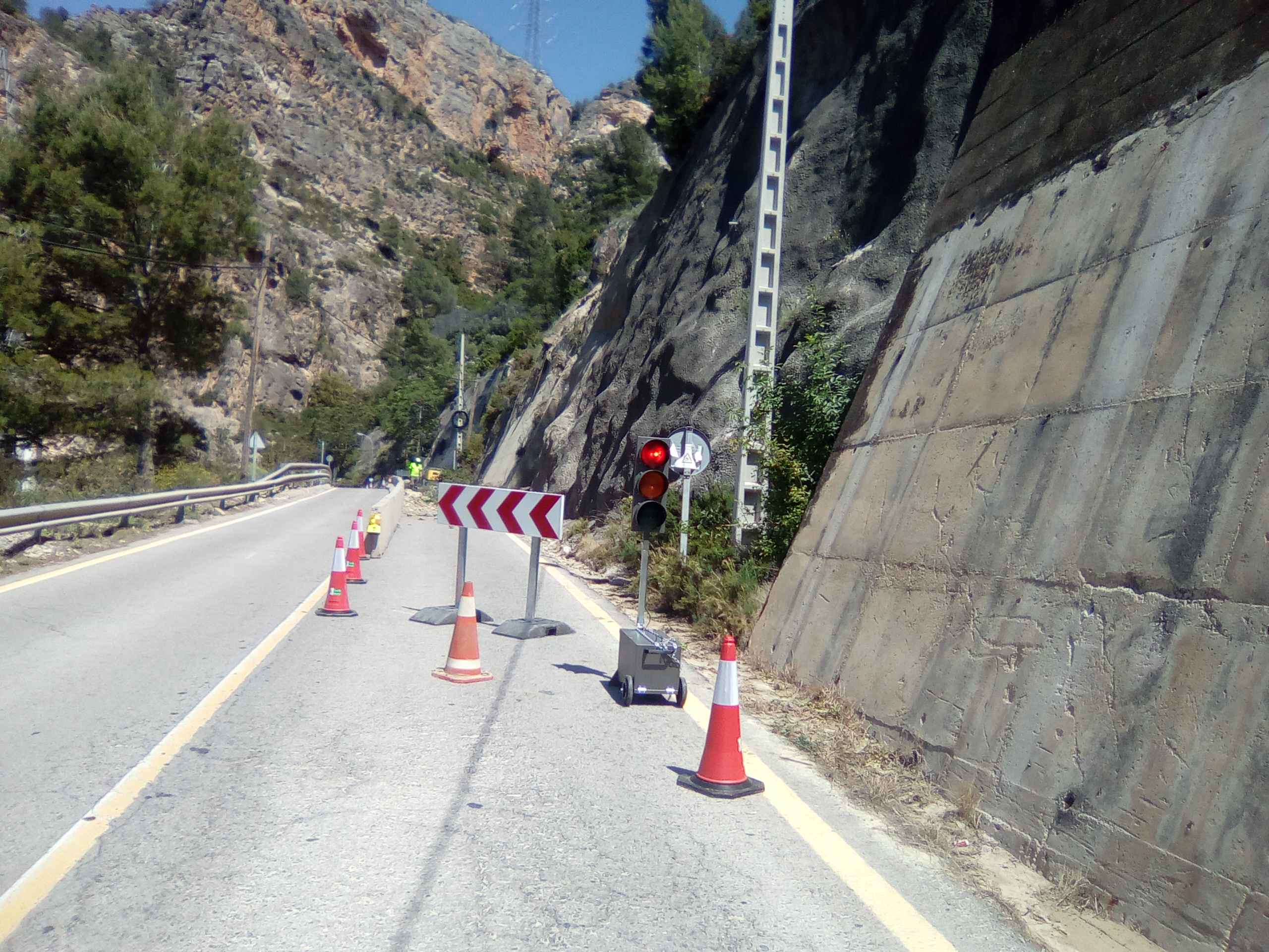 Los trabajos de consolidación de la ladera de la carretera de acceso a Cortes de Pallás en una imagen reciente.