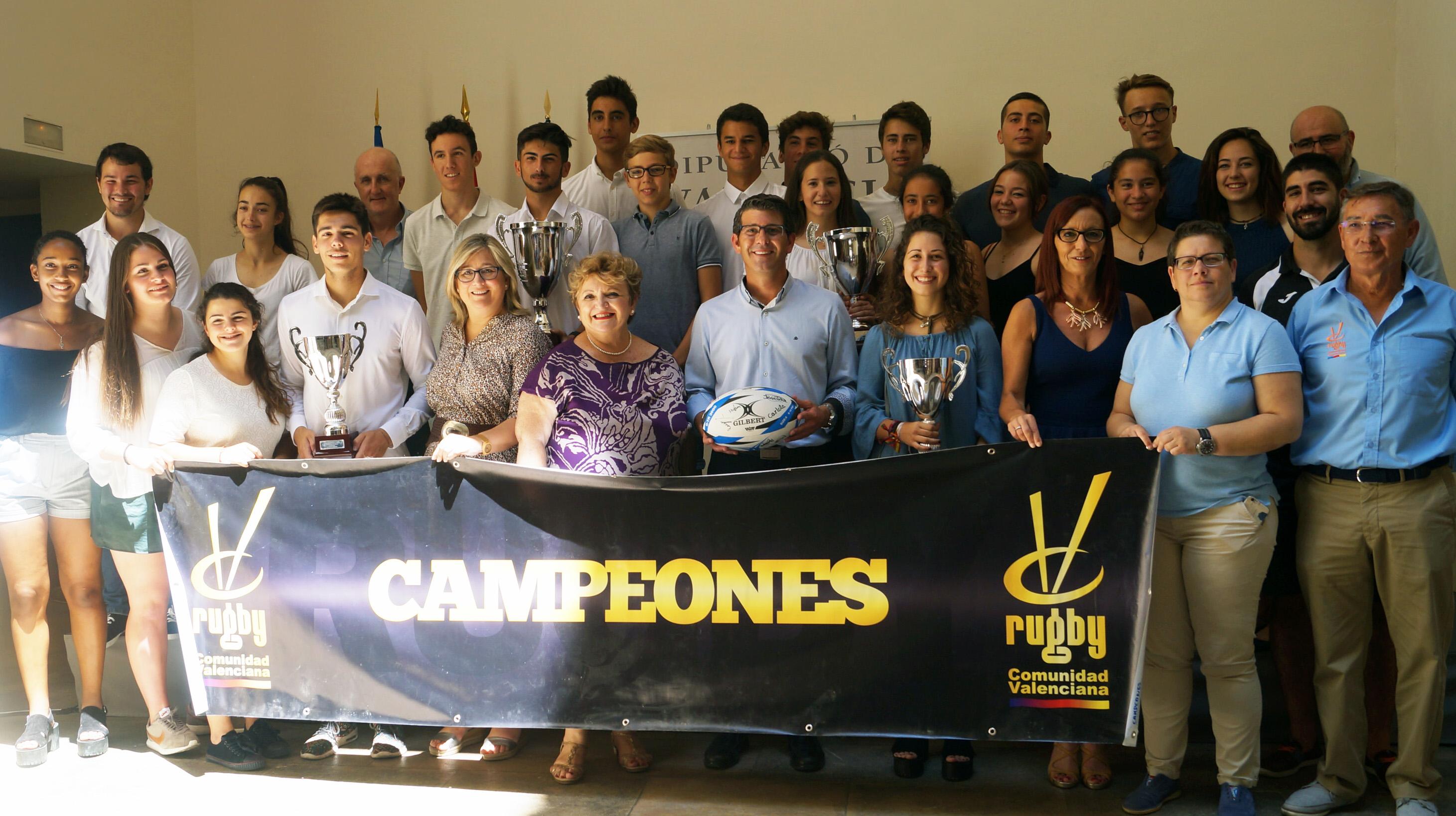 Los responsables públicos de la Diputación con los jugadores y jugadoras de los diferentes equipos.