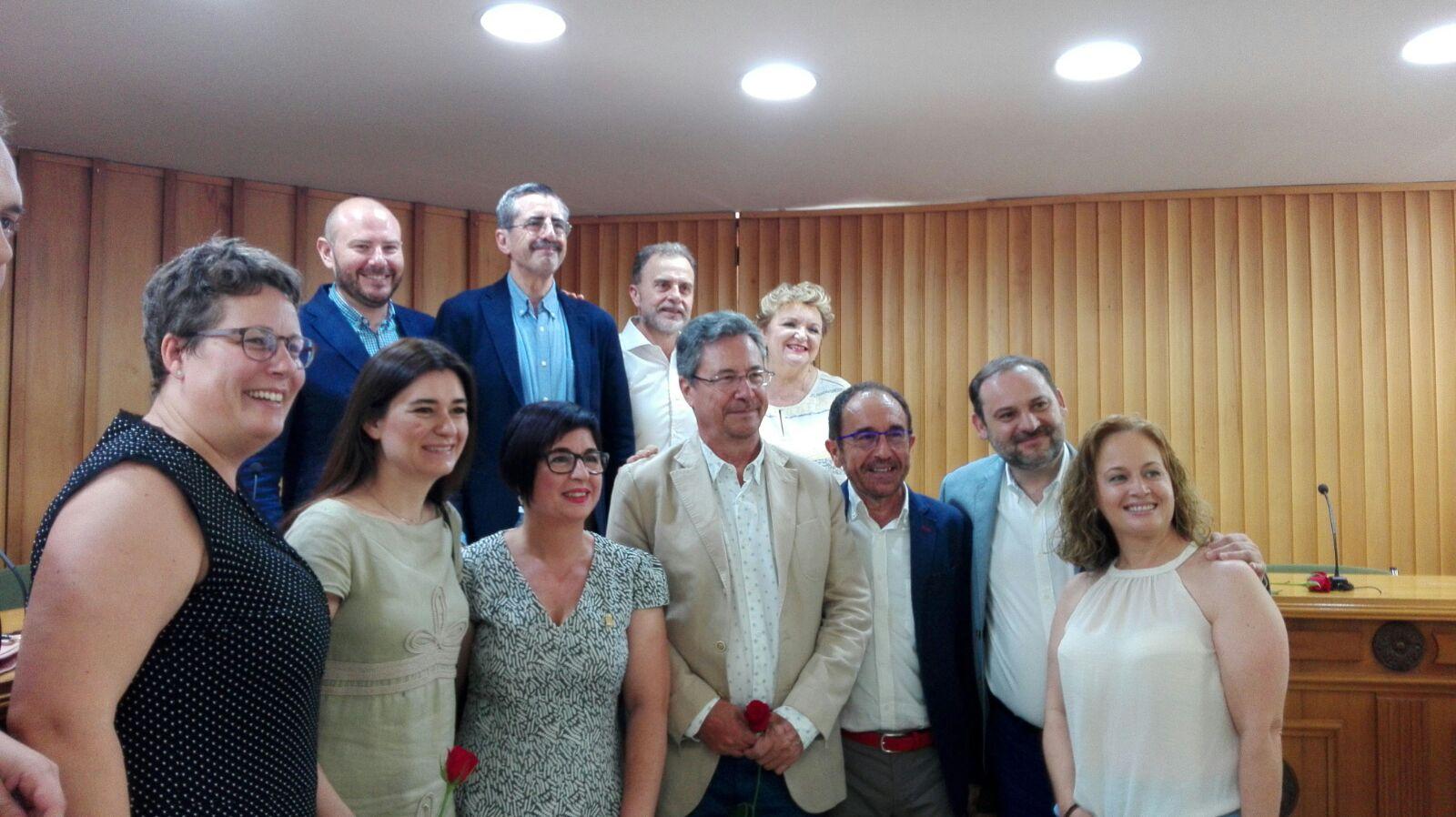 La nueva alcaldesa de Buñol, Juncal Carrascosa, arropada por José Luis Ábalos, Carmen Montón, José Mª Ángel, Mako Mira y Andrés Perelló, entre otros socialistas.