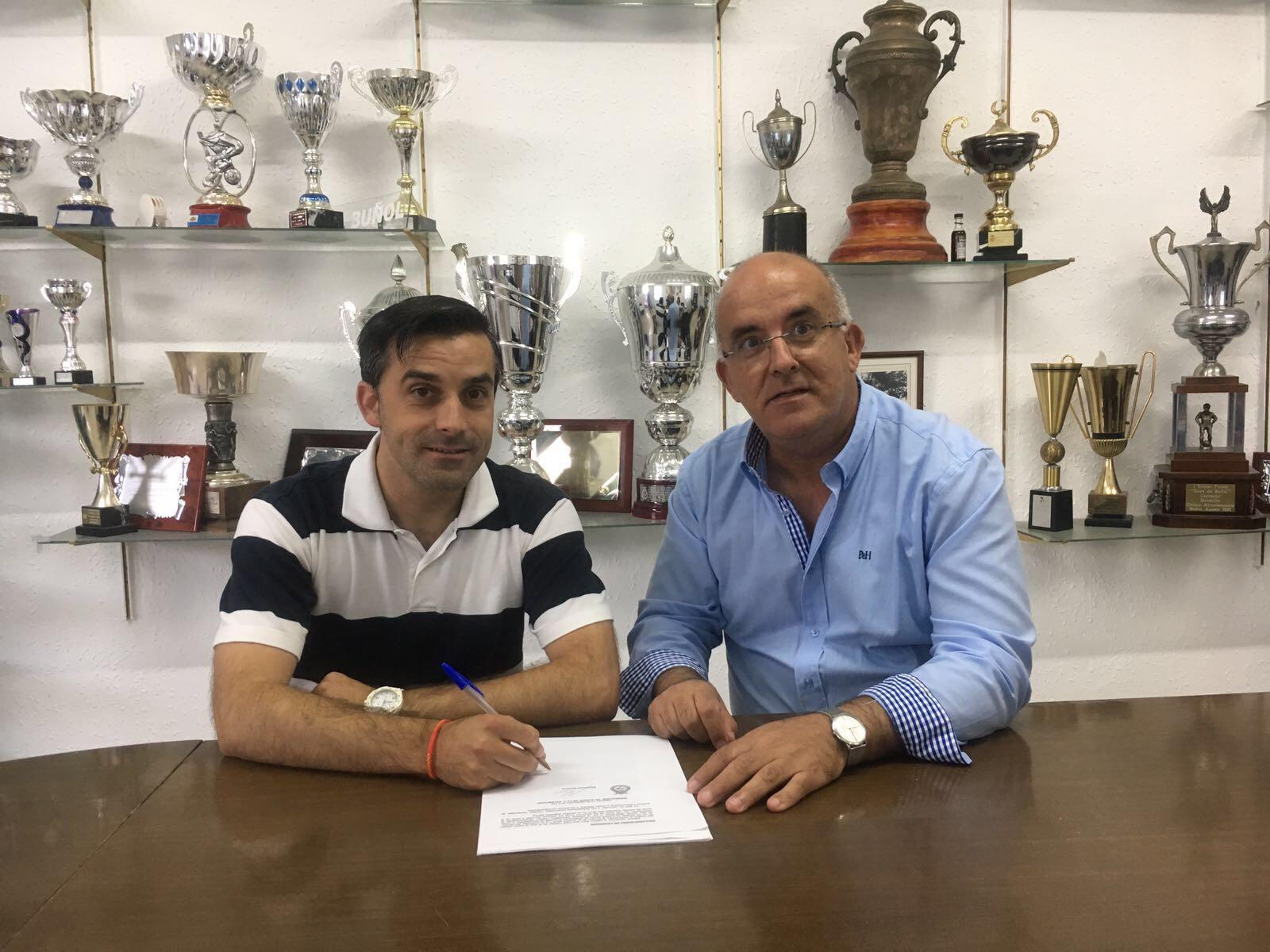 El nuevo míster del CD Buñol, Javier Pons, durante la firma del contrato con el presidente del Club, Amadeo Sáez.