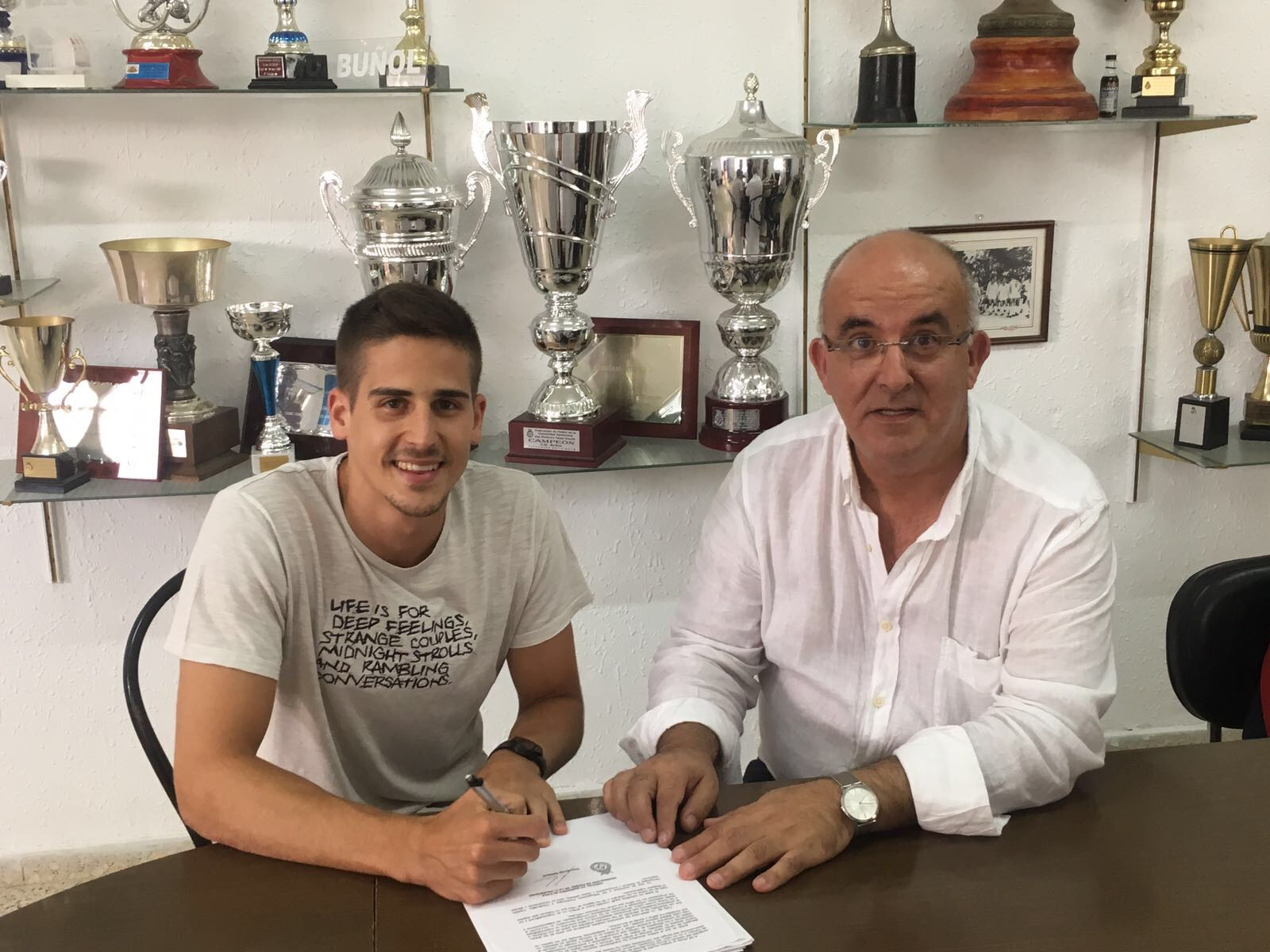 Momento de la firma entre el jugador Javier Nemesio y el presidente del CD Buñol, Amadeo Sáez.