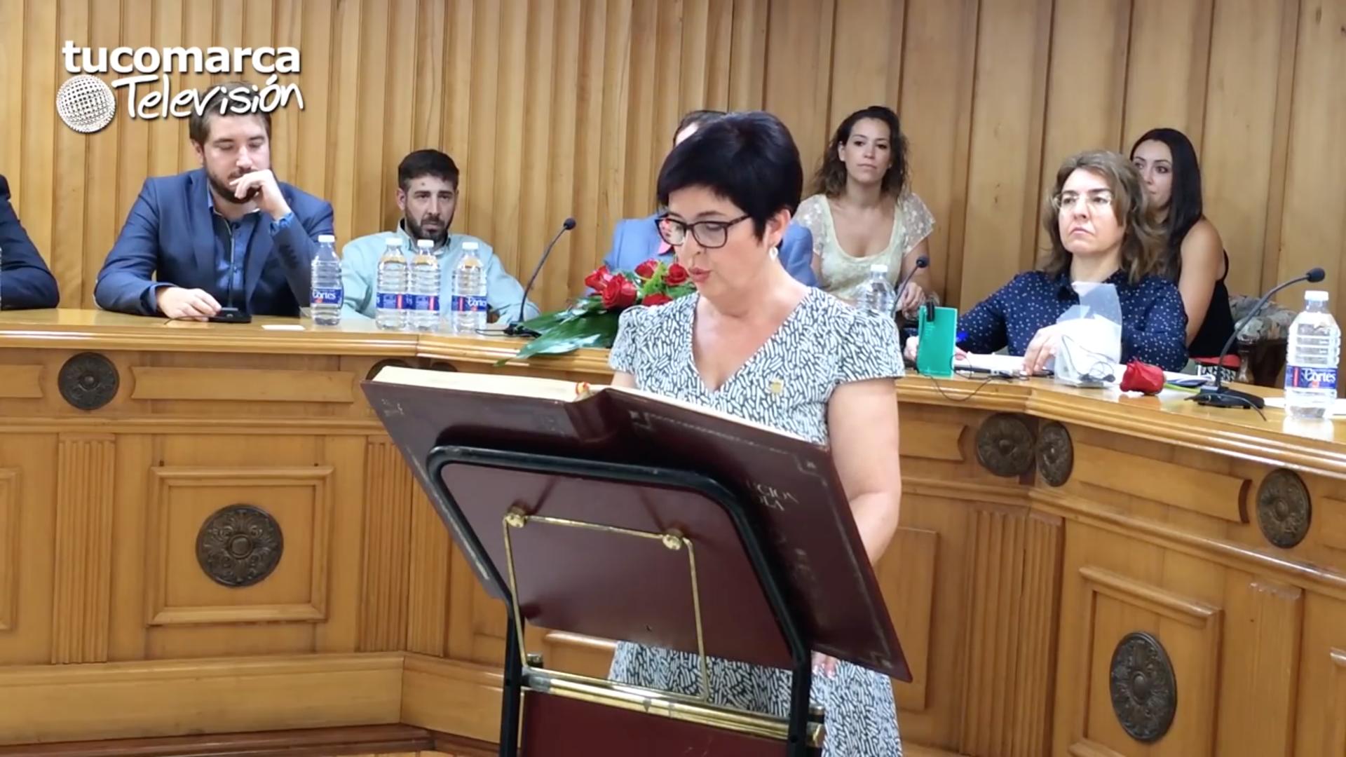 La nueva alcaldesa de Buñol, Juncal Carrascosa, en el momento de prometer su cargo.