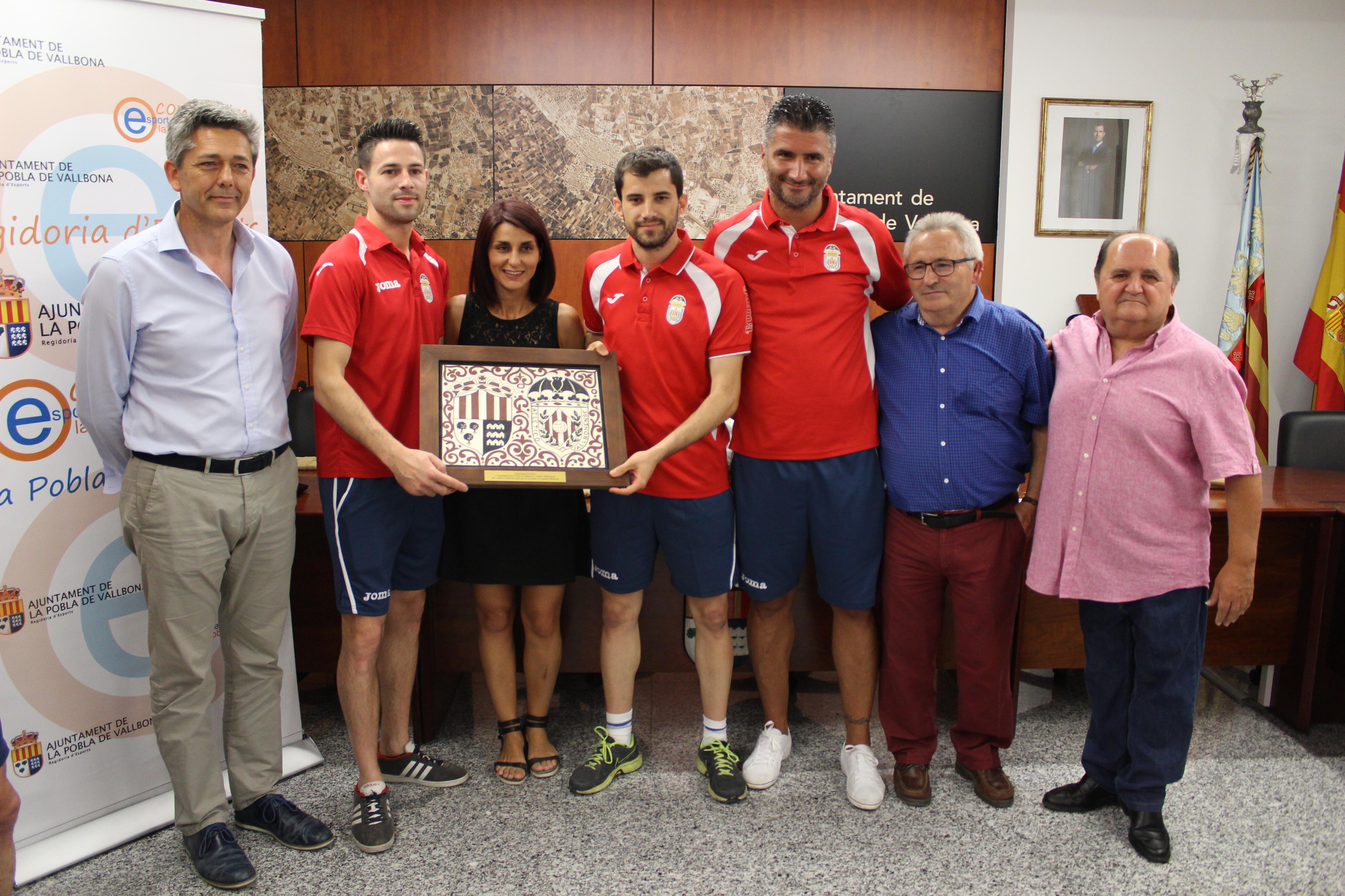 L'Ajuntament de la Pobla homenatja el Vallbonense per l'ascens.