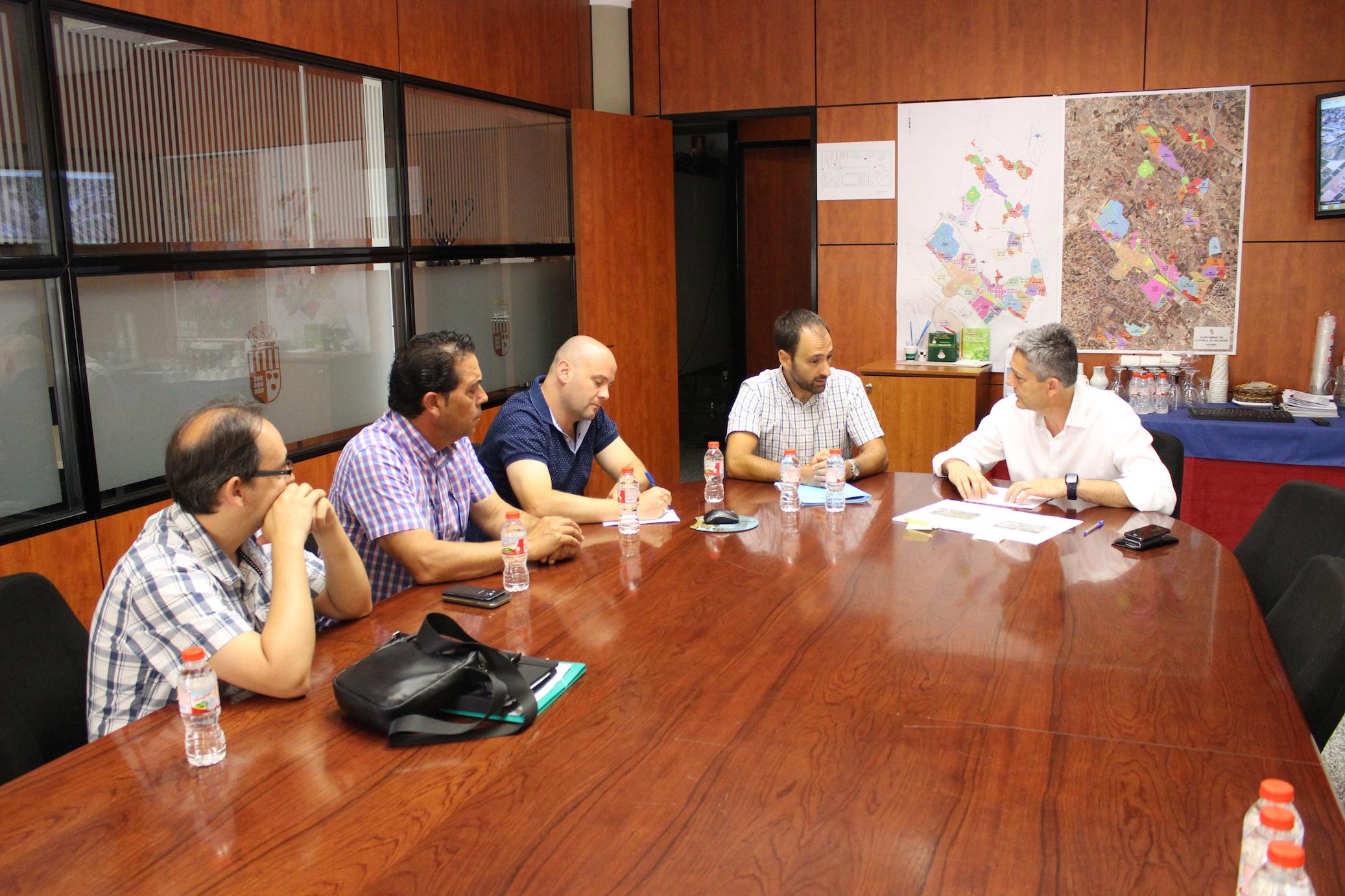 El alcalde de la Pobla, el concejal de Urbanismo y el de Agricultura se han reunido con el Jefe de Servicio de Conservación y Explotación de Carreteras.