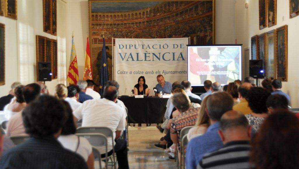La diputada de Inclusión Social, Rosa Pérez Garijo, con el cabeza de la sección de Programas de Inclusión Social, Paco Andrés.