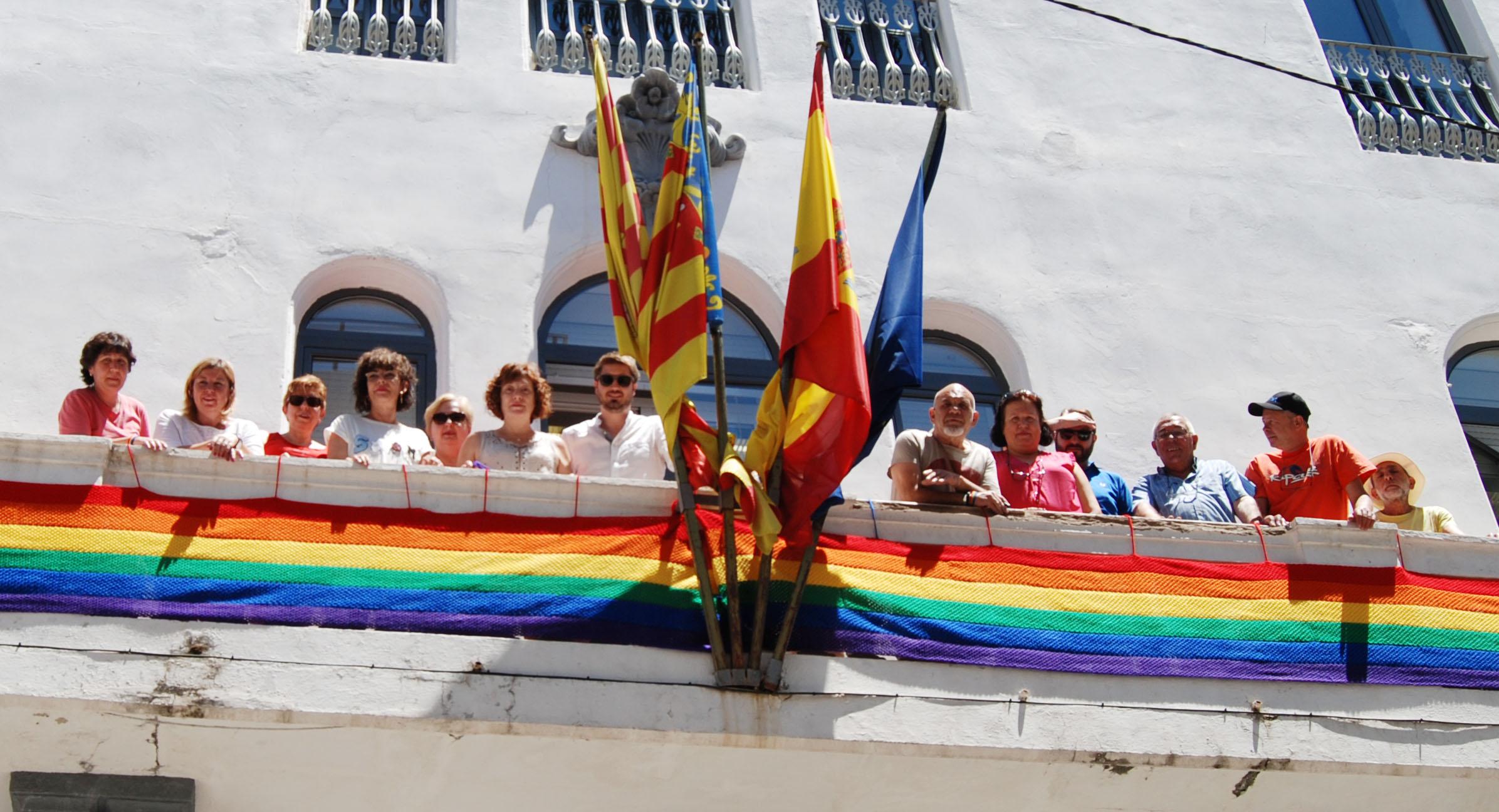 La bandera LGTB tejida por «Ganchillo solidario» luce en el balcón del Ayuntamiento de Buñol desde hoy hasta el 24 de junio.