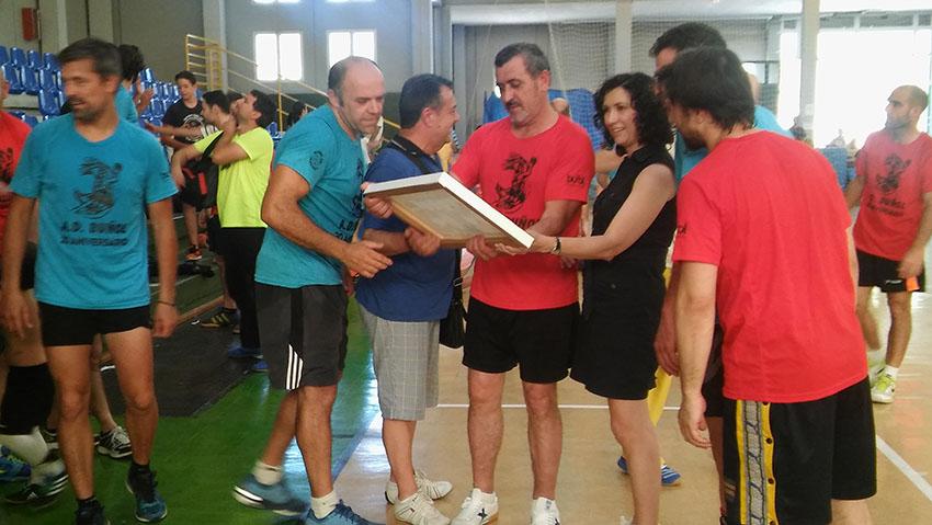 Tras el partido, el club rindió un homenaje aVenancio Galarza, por su trayectoria y su dedicación a la entidad, tanto jugador, así como ahora de directivo.