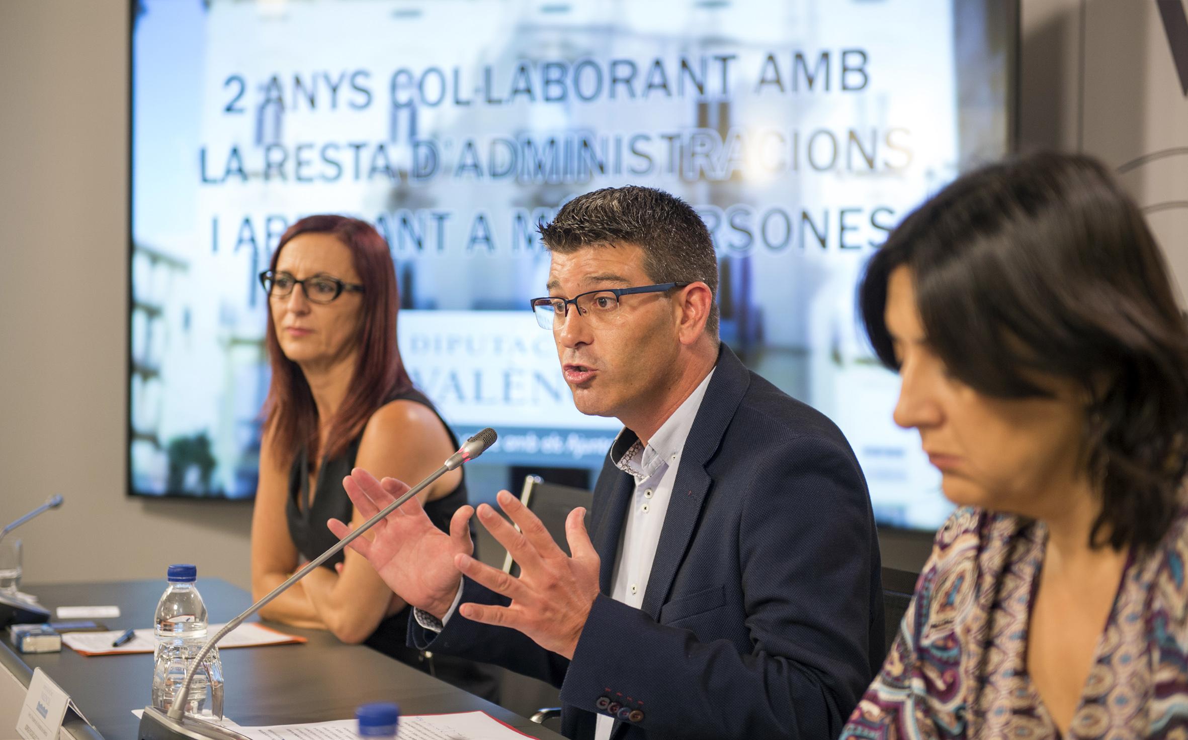 Jorge Rodríguez, Mª Josep Amigó y Rosa Pérez Garijo en la rueda de prensa por el balance de dos años de gestión en la Diputación.