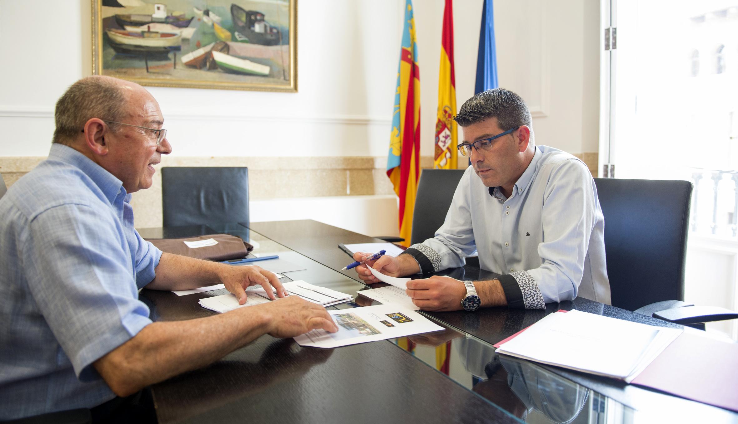 El presidente de la Corporación provincial, Jorge Rodríguez, y el alcalde de Aras de los Olmos, Rafael Giménez.