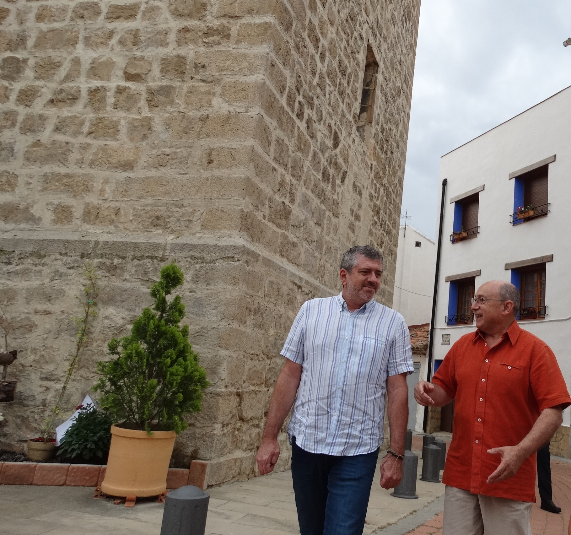 Josep Bort con el alcalde de Aras de los Olmos, Rafael Giménez, durante la visita a la localidad.