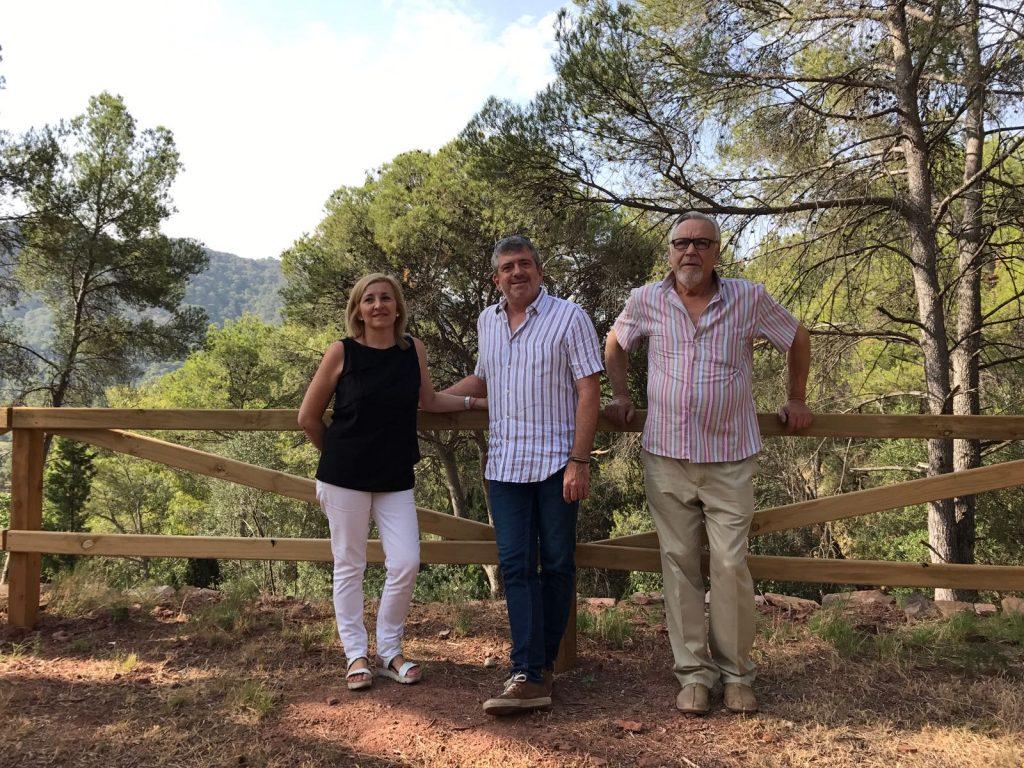 L'alcaldessa de Serra, Alicia Tusón, y el diputado Josep Bort durante la visita a la Font de Sant Josep.
