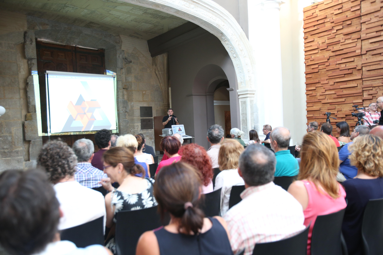 'CatArte' ha consistido en una cata comentada dirigida por Pedro Navarro, director de la Escuela de Viticultura y Enología de Requena.