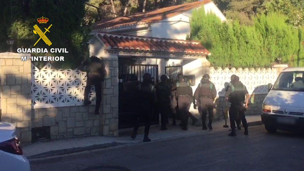En los 17 registros practicados en poblaciones de la provincia de Valencia los agentes incautaron marihuana, hachís, cocaína vehículos de gama alta, 91.000 euros en efectivo, además de armas y munición.