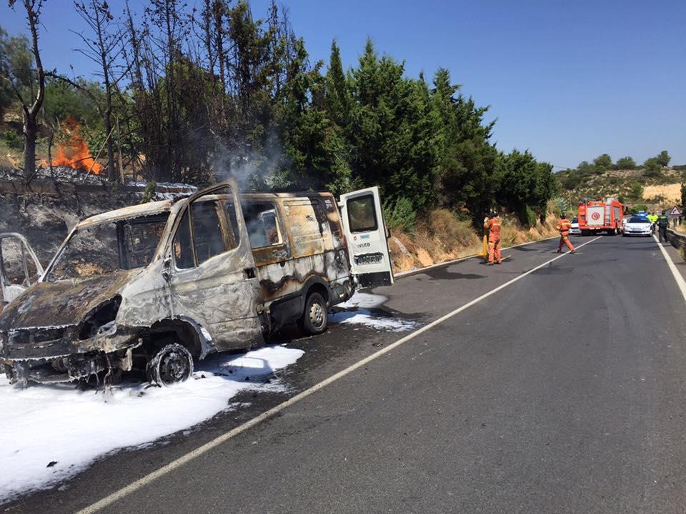 La furgoneta ha quedado totalmente calcinada a causa de las llamas del incendio.