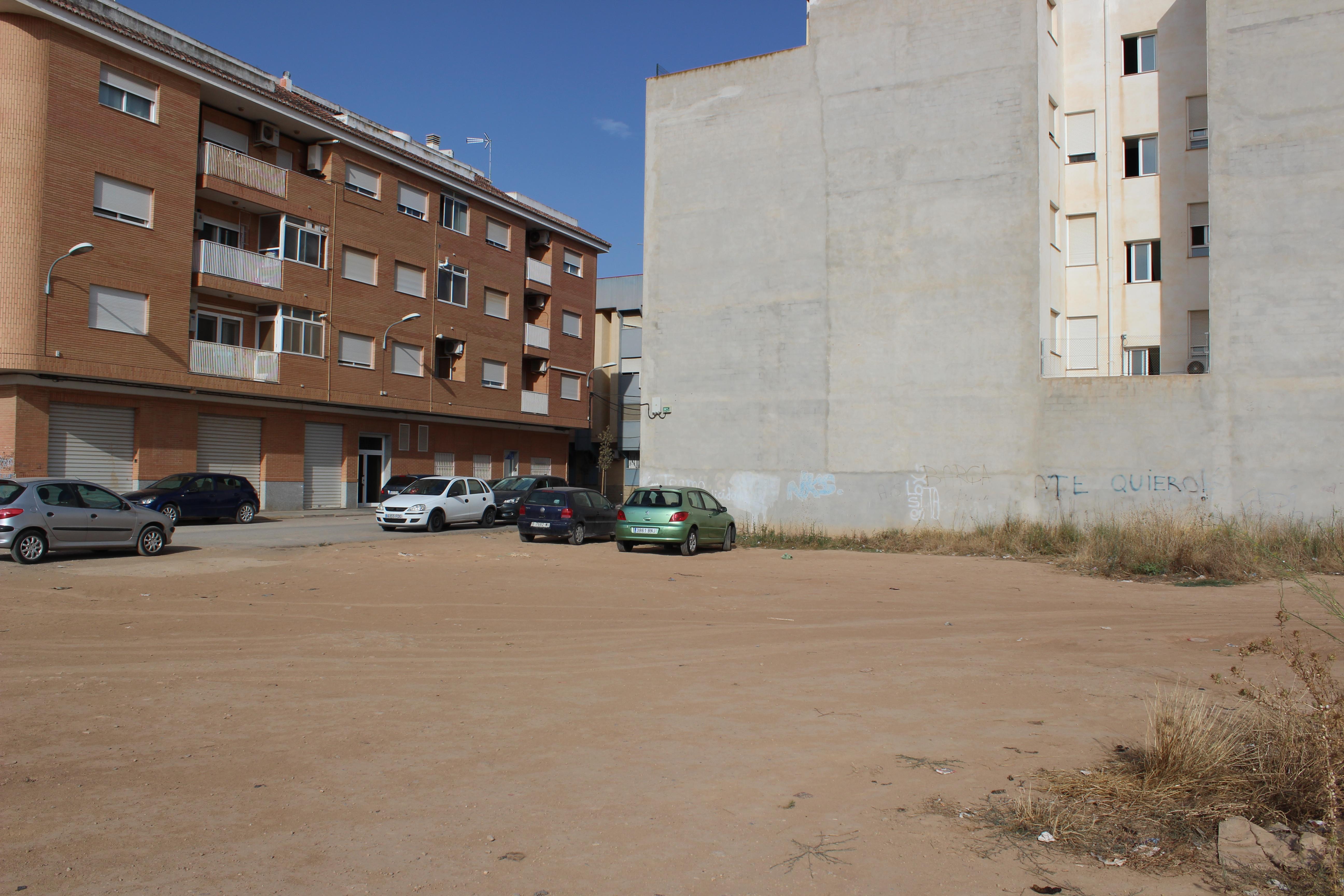L'Ajuntament està executant en la zona educativa obres d'ampliació de voreres per augmentar la seguretat, el que ha suposat l'eliminació d'algunes places d'aparcament.