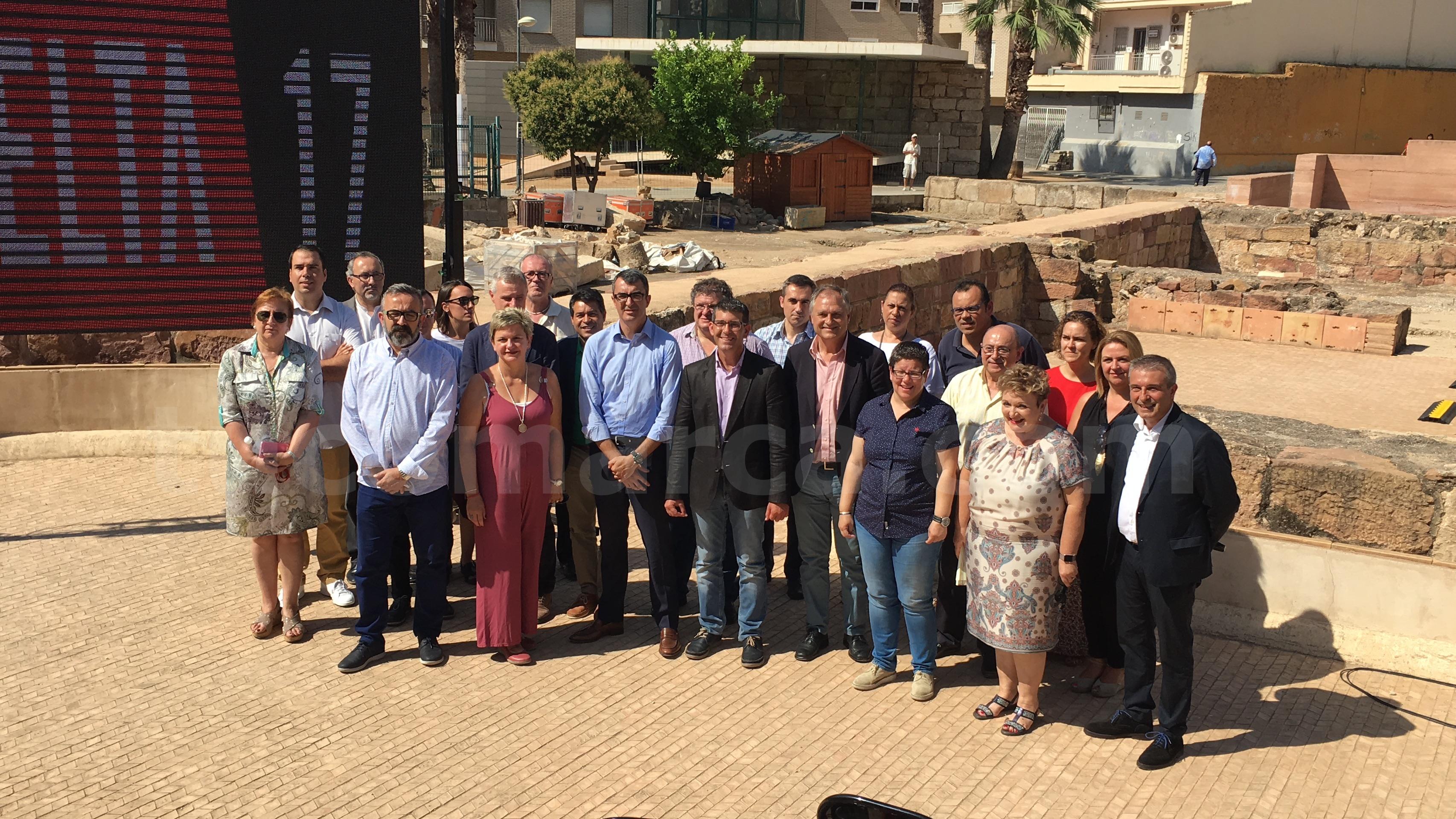 Foto de familia de los participantes en la presentación de las etapas de la Vuelta en Llíria.
