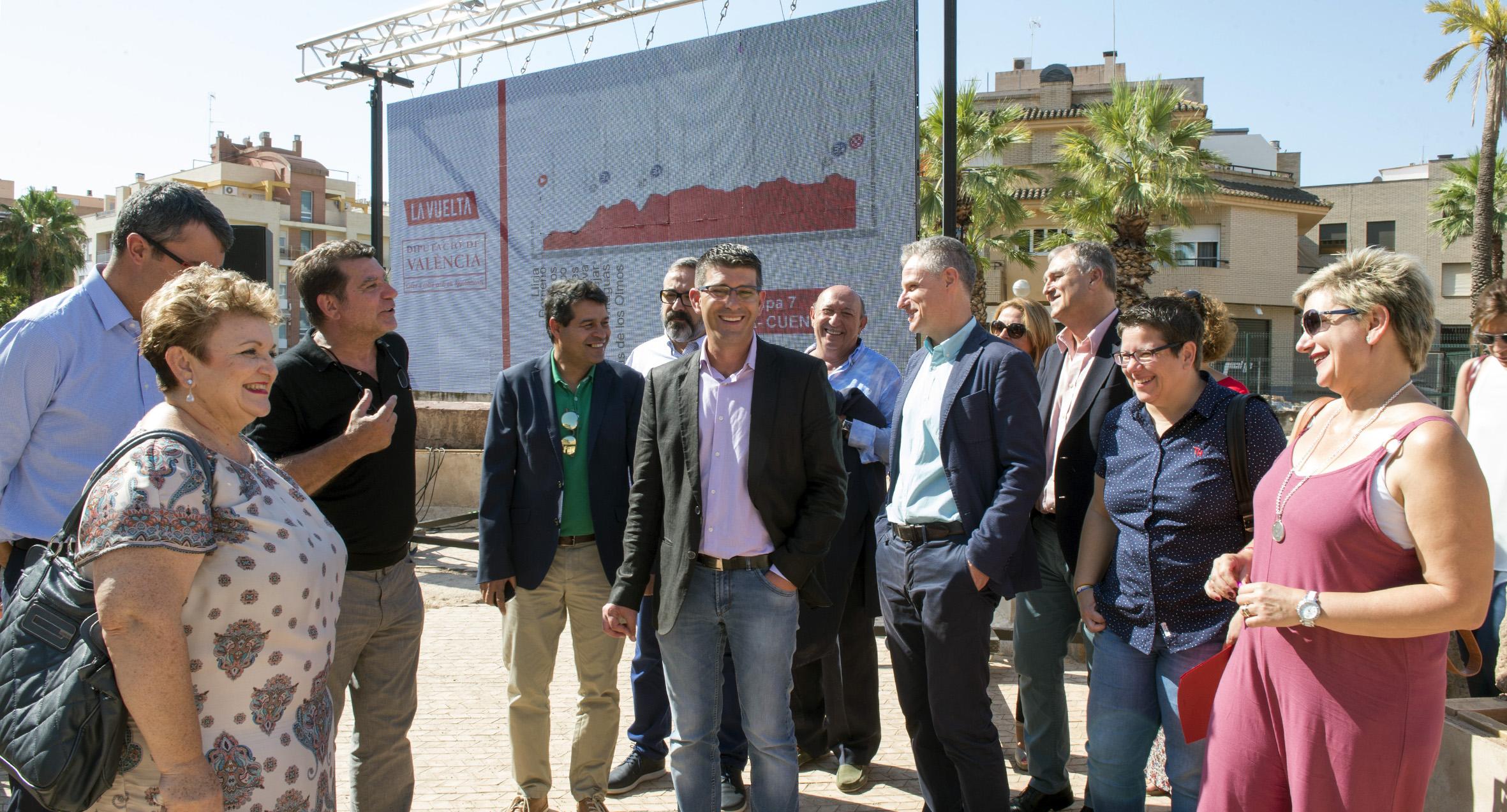 El presidente de la Diputación, Jorge Rodríguez, con Javier Guillén y otros diputados durante la presentación de la Vuelta 2017.