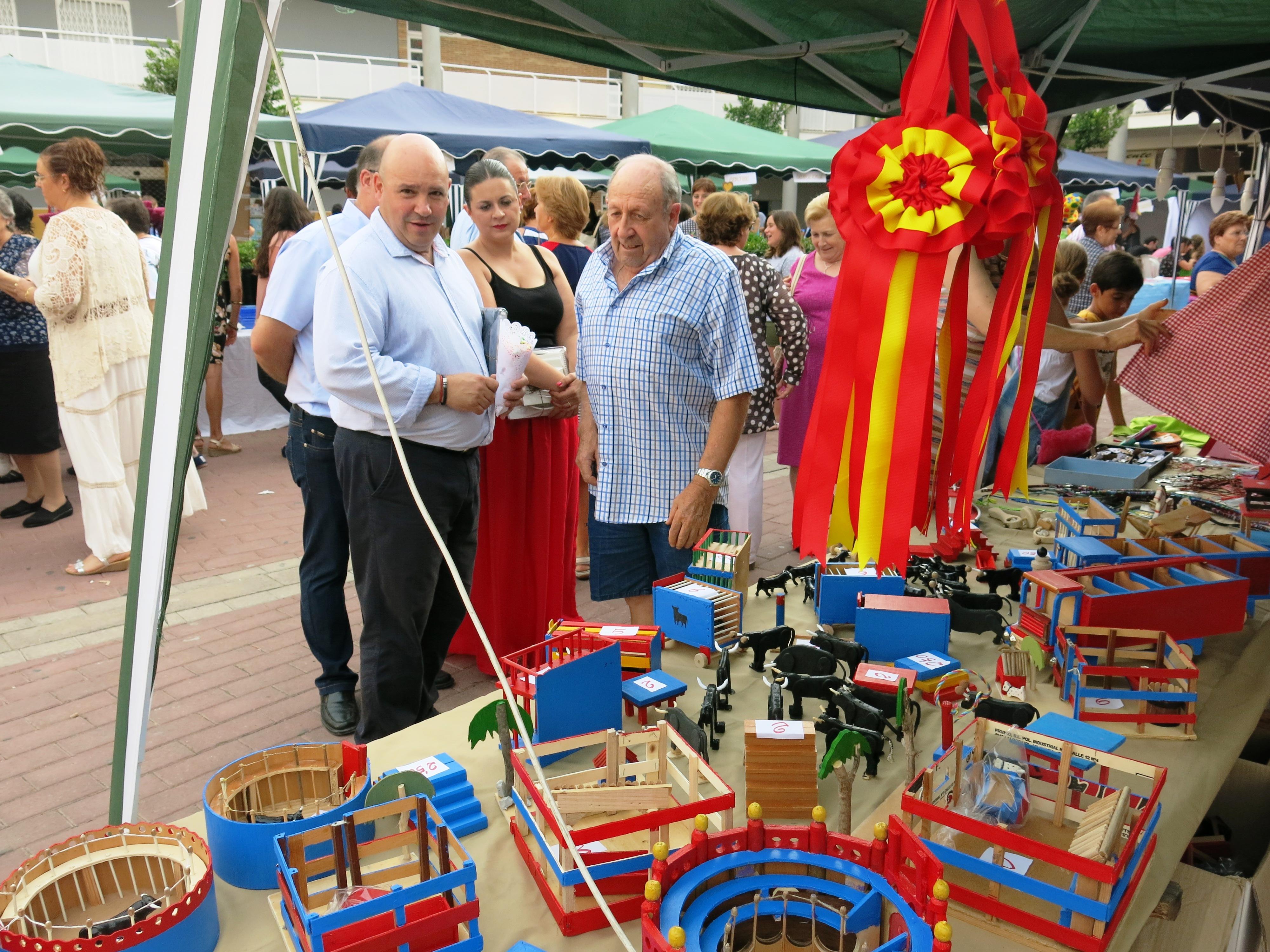 Las autoridades municipales, encabezadas por el alcalde, Eugenio Fortaña, en la Feria de Per Ells.