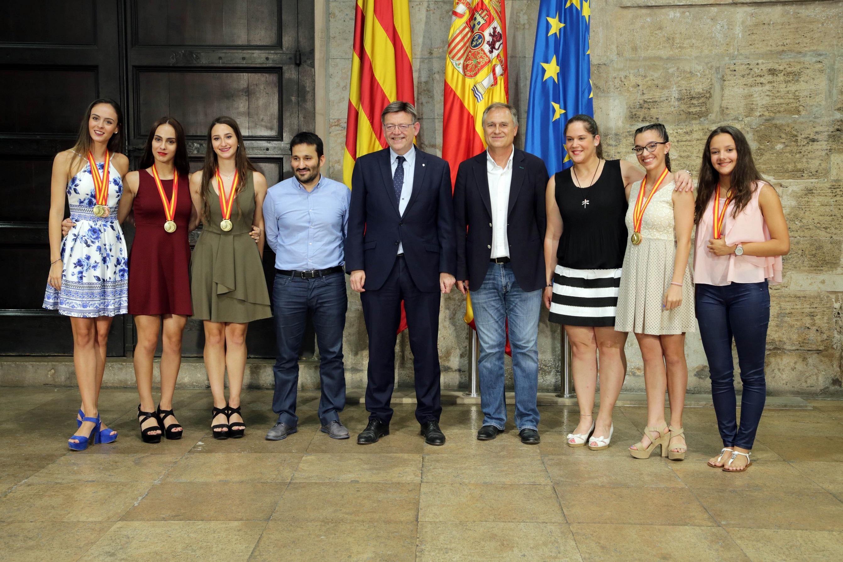 El President de la Generalitat, Ximo Puig, recibió a las gimnastas acompañadas del alcalde de Llíria, Manuel Civera.