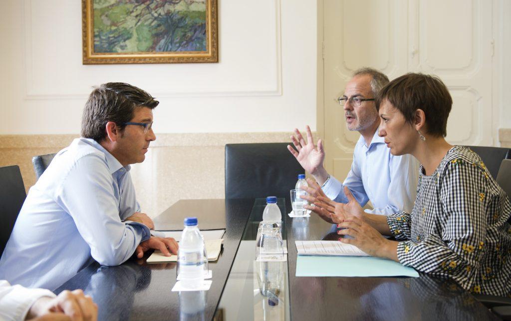 El presidente de la Diputación, Jorge Rodríguez, con la alcaldesa de Benifaió.